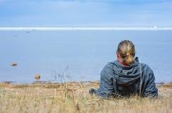 Mann, der Meer betrachtet Stockfoto