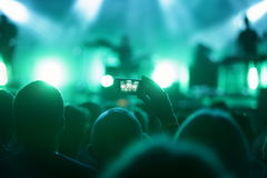 Mann in der Menge mit intelligentem Telefonaufnahmekonzert Lizenzfreie Stockfotos