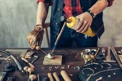 Mann, der Metall für einen Schmuck vorbereitet lizenzfreies stockbild