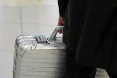 Mann, der metallischen Sicherheitskoffer trägt Stockbild