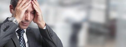 Mann, der Migränekopfschmerzen hat lizenzfreie stockfotografie