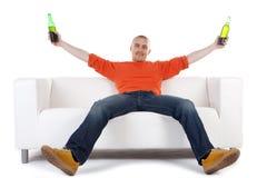 Mann, der mit Bier feiert Stockbild