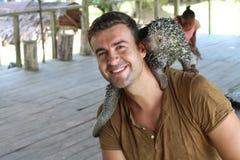 Mann, der mit brasilianischem Stachelschwein spielt stockfoto