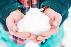 Mann, der mit dem Schnee spielt snowball Stockbilder