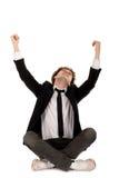 Mann, der mit den Armen angehoben sitzt Lizenzfreie Stockfotos