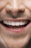 Mann, der mit den perfekten weißen Zähnen lächelt Stockfoto