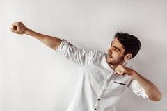 Mann, der mit der Hand oben aufwirft Stockfoto
