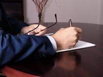 Mann, der mit Dokument arbeitet Lizenzfreie Stockfotos