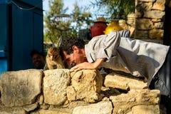 Mann, der mit einem Affen in Marokko spielt Lizenzfreie Stockfotografie