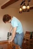 Mann, der mit einem Bohrgerät arbeitet Lizenzfreies Stockbild
