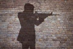 Mann, der mit einem Gewehr zielt Stockfotos