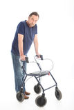 Mann, der mit einem medizinischen Wanderer geht Stockbilder