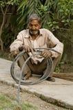 Mann, der mit einem Rohr arbeitet stockbild