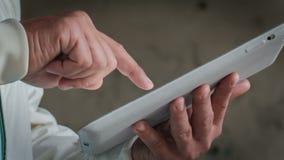 Mann, der mit einem Tablet arbeitet stock video footage