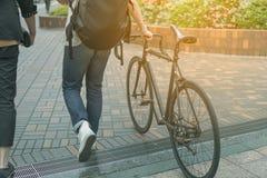Mann, der mit Fahrrad auf Wegweise geht lizenzfreie stockfotografie