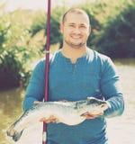 Mann, der mit Fischen aufwirft Lizenzfreies Stockbild