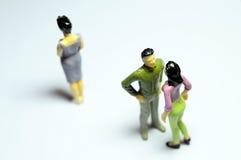 Mann, der mit Frau und allein stehender Frau plaudert Lizenzfreie Stockfotografie