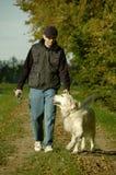Mann, der mit Hund geht Lizenzfreies Stockfoto