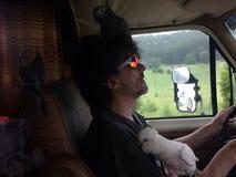 Mann, der mit Kakadus fährt Stockfotos