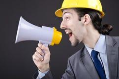 Mann, der mit Lautsprecher schreit und kreischt Lizenzfreies Stockbild