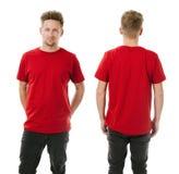 Mann, der mit leerem rotem Hemd aufwirft Stockbild