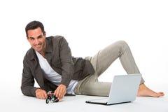 Mann, der mit Motorradskala spielt Stockfotografie