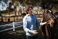 Mann, der mit Pferd in der Ranch steht stockfotos