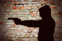 Mann, der mit Pistolenschattenbild zeigt Lizenzfreie Stockfotos