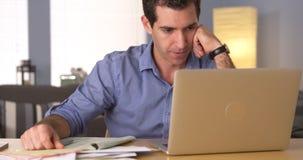 Mann, der mit Rechnungen frustriert sich fühlt Lizenzfreie Stockfotos
