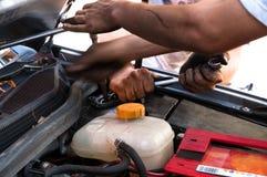 Mann, der mit Schlüssel auf Auto arbeitet Stockbild
