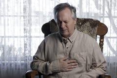 Mann, der mit Schmerz in der Brust leidet Stockfoto
