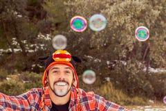 Mann, der mit Seifenluftblasen spielt stockfotografie