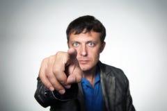 Mann, der mit seinem Finger zeigt Stockbild