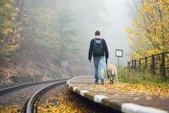 Mann, der mit seinem Hund mit dem Zug reist Stockfotos
