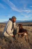 Mann, der mit seinem Hund spielt Stockfoto