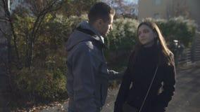 Mann, der mit seiner beleidigten Freundin, entschuldigend, Paarumarmen versöhnt stock video