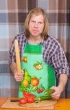 Mann, der mit Steuerknüppel und Gurke droht Lizenzfreies Stockfoto