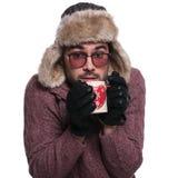 Mann, der mit Tee warm erhält lizenzfreie stockbilder