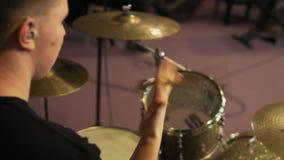Mann, der mit Trommel-Stöcken spielt stock video footage