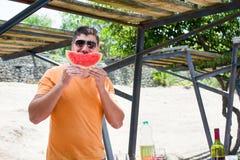 Mann, der mit Wassermelone scherzt Stockfoto