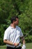 Mann, der mit weißem Hemd Golf spielt Lizenzfreie Stockfotografie