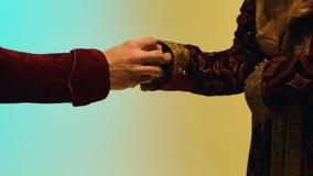 Mann in der mittelalterlichen Kleidung gibt ein Goldstück ablage Konzept des Handels in den Mittelalter lizenzfreie stockfotos
