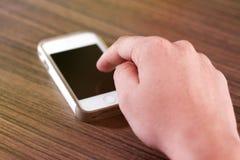 Mann, der Mobile mit dem Zeigefinger verwendet lizenzfreies stockfoto