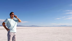 Mann, der Mobiltelefon in der Wüste verwendet Stockfotos