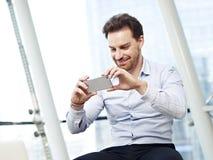 Mann, der Mobiltelefon verwendet Lizenzfreie Stockfotos