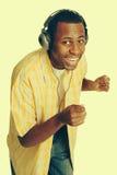 Mann, der Musik hört lizenzfreie stockfotos