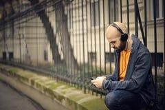 Mann, der Musik hört Stockfoto