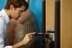 Mann, der Musik mit Stereoanlage hört lizenzfreie stockfotografie