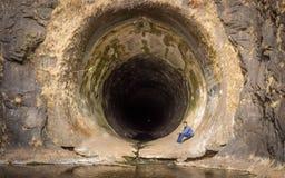 Mann, der nach innen von Anjuruli-Tunnel sitzt stockfotos