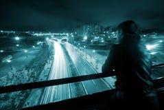 Mann in der Nachtstädtischen Szene Lizenzfreie Stockbilder